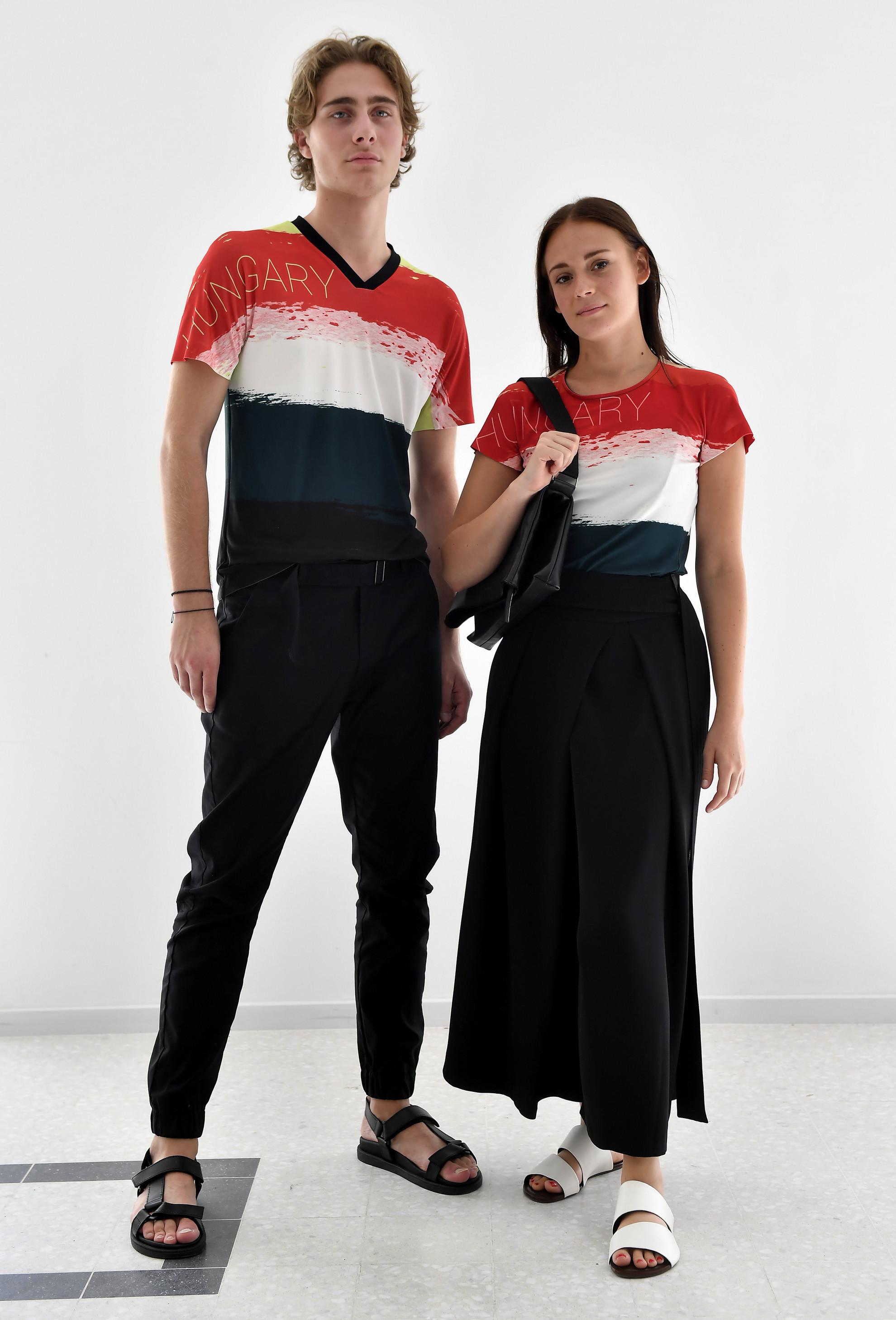 Modellek a magyar olimpikonok és paralimpikonok, a 2020-as tokiói olimpiára tervezett formaruháit bemutató sajtótájékoztatón