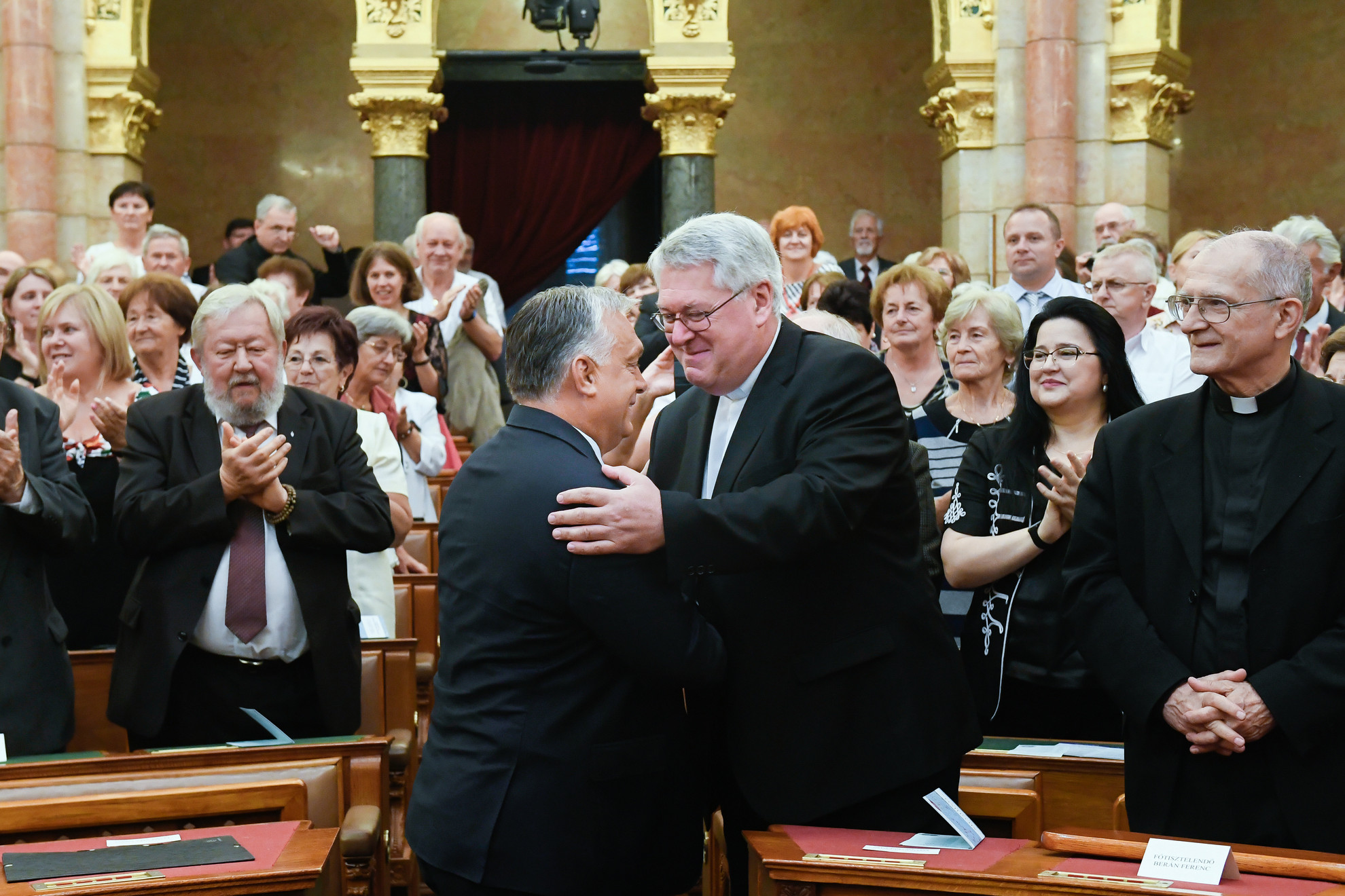 Orbán Viktor miniszterelnök (b) és Osztie Zoltán plébános, a KÉSZ korábbi elnöke köszöntik egymást a kongresszuson