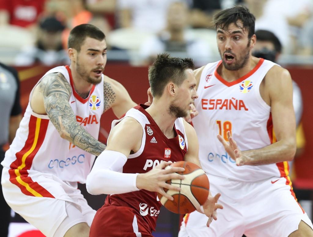 Mateusz Ponitkát (középen) nem nagyon hagyták élni a spanyolok