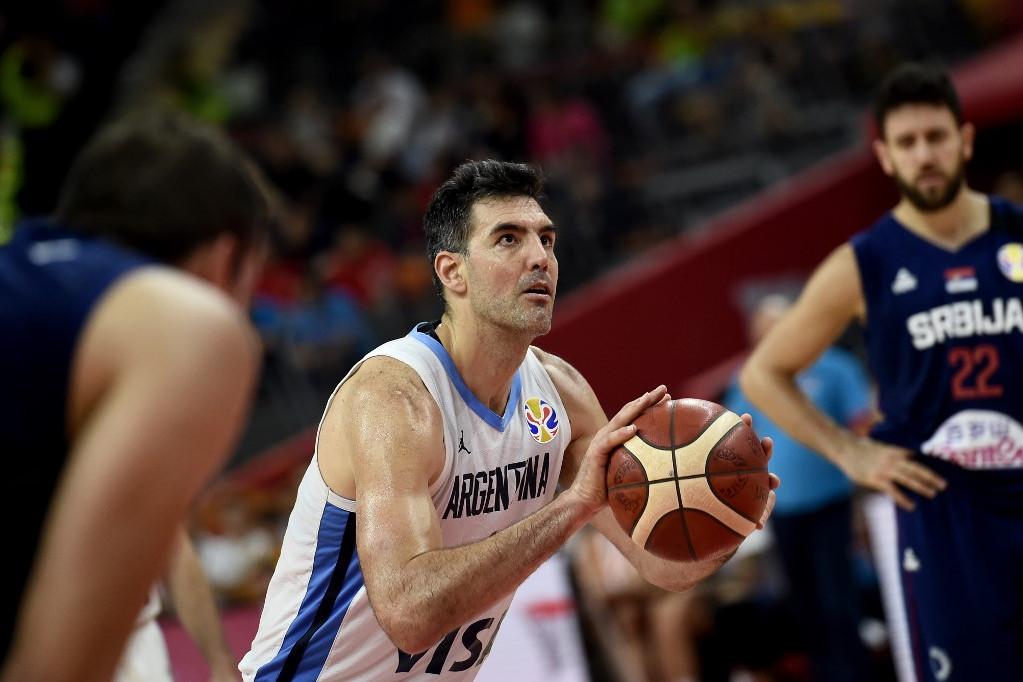 Luis Scola (a labdával) újfent igazolta, hogy jó az öreg a háznál: a 39 éves erőcsatár 20 pontot szórt a szerbek ellen