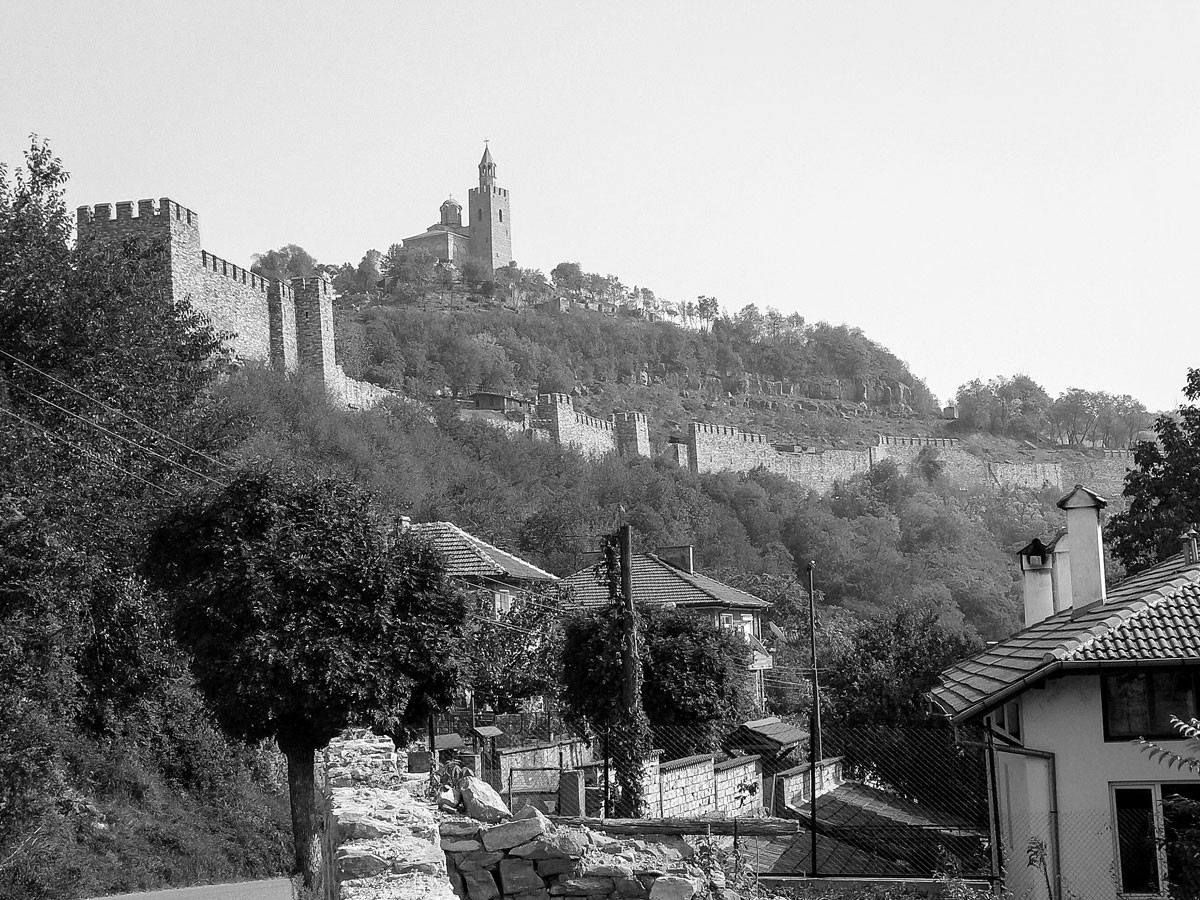 Veliko Tarnovo, az egykori bolgár főváros szimbolikus jelentőségű a bolgár történelemben: itt kiáltotta ki országa függetlenségét 1908-ban Ferdinánd, a magyar származású bolgár cár. A város erődítményét a modern Bulgária születése után azonnal helyreállították