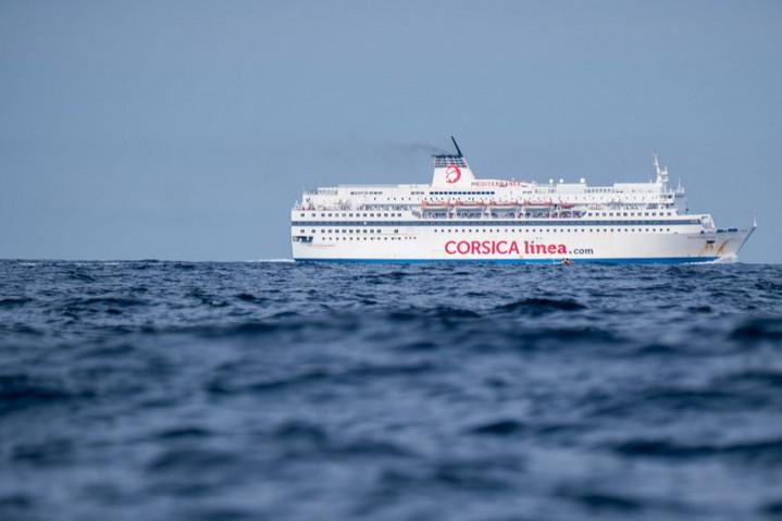 Migránsokat vett fedélzetére egy francia komp a Földközi-tengerből