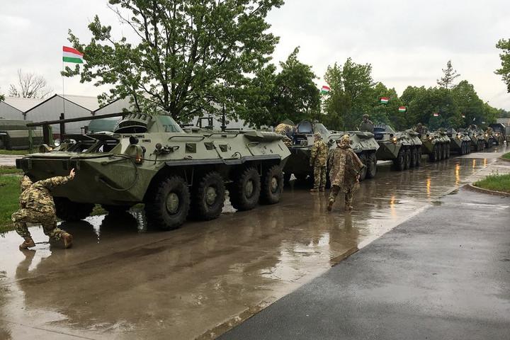 Katonai konvojok az utakon