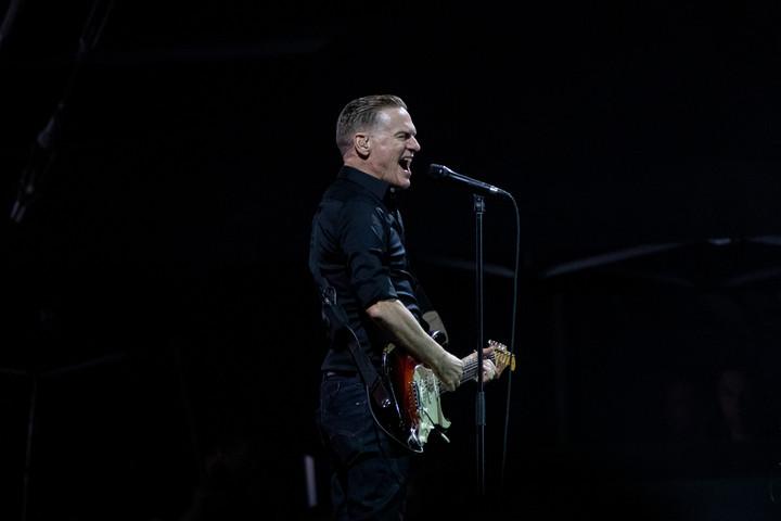 Videón Bryan Adams Hősök terén adott koncertje