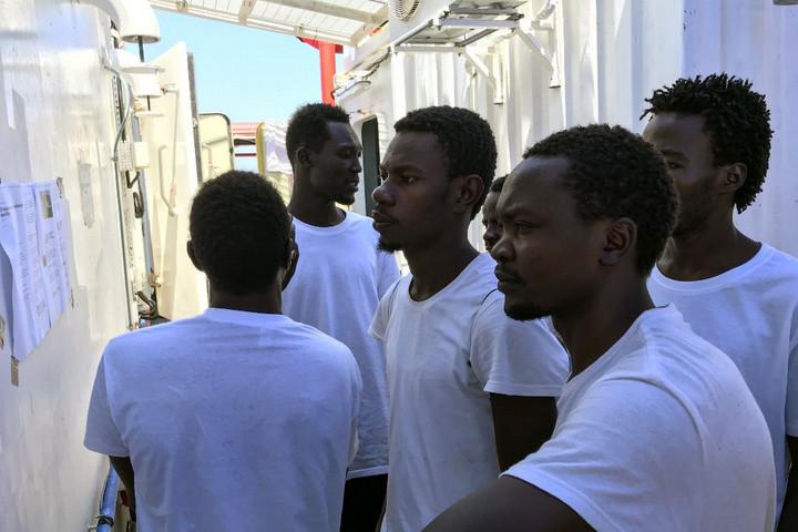 Ismét illegális bevándorlókat vett fedélzetére az Ocean Viking