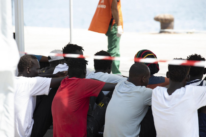 Kínzással és gyilkossággal vádolt migránsokat fogtak el Szicíliában