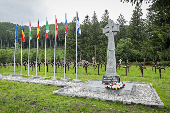 Román nacionalisták közel százfős csoportja ünnepelt a sírkertben