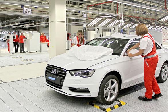 A tervek szerint hétfőn leáll a termelés a győri Audi gyárban is