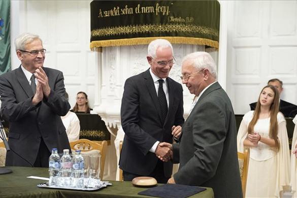Balog Zoltán református lelkész kapta idén a Tőkés-díjat