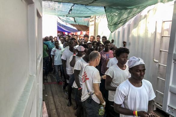 A Salvini nélküli baloldali olasz kormány megengedi, hogy kikössenek a bevándorlókkal teli hajók