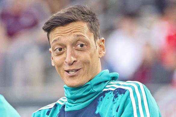 Arsenal-futballista ne viseljen drága ékszert!