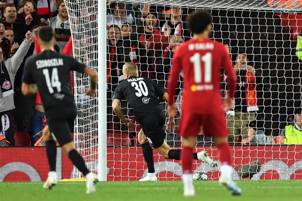 A Salzburg játékosa, Erling Braut Haland ünnepelni készül a csapatának szerzett harmadik gól után