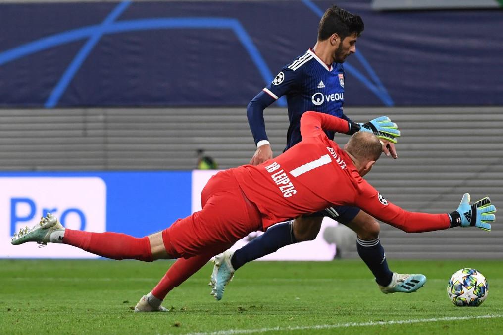 Martin Terrier, a Lyon támadója elviszi a labdát Gulácsi Péter, a Leipzig kapusa mellett, és gólt szerez