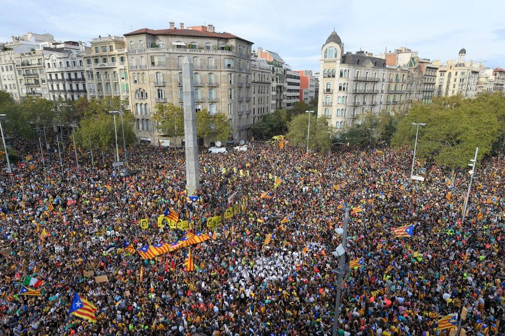 A békés tüntetésre rengetegen érkeztek katalán függetlenségi zászlókkal, szabadság feliratú táblákkal, az elítélt függetlenségi vezetők arcképeivel