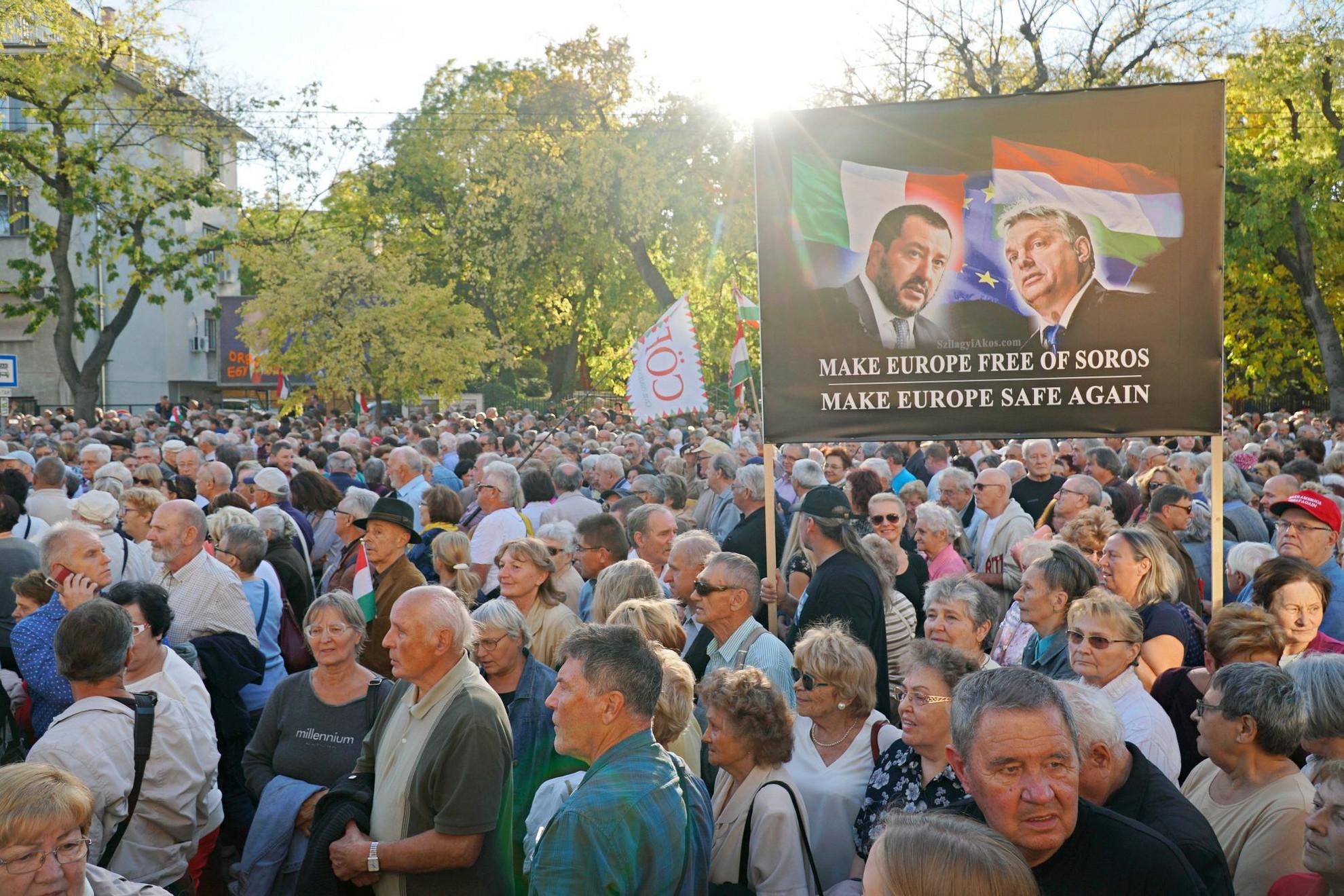 A Liga vezetője mellett tüntettek Budapesten