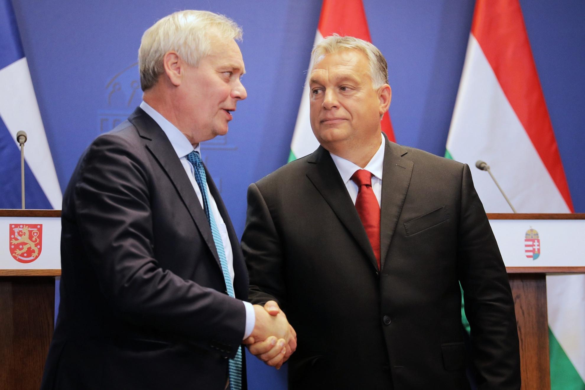 Annti Rinne és Orbán Viktor kézfogása