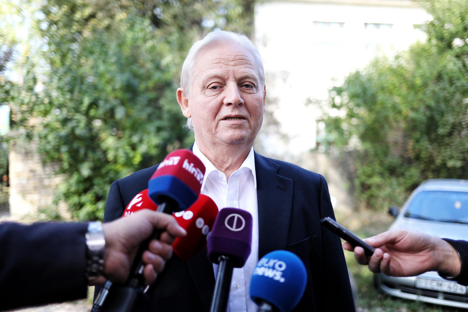 Tarlós István nyilatkozik a sajtó munkatársainak, miután szavazott az önkormányzati választáson