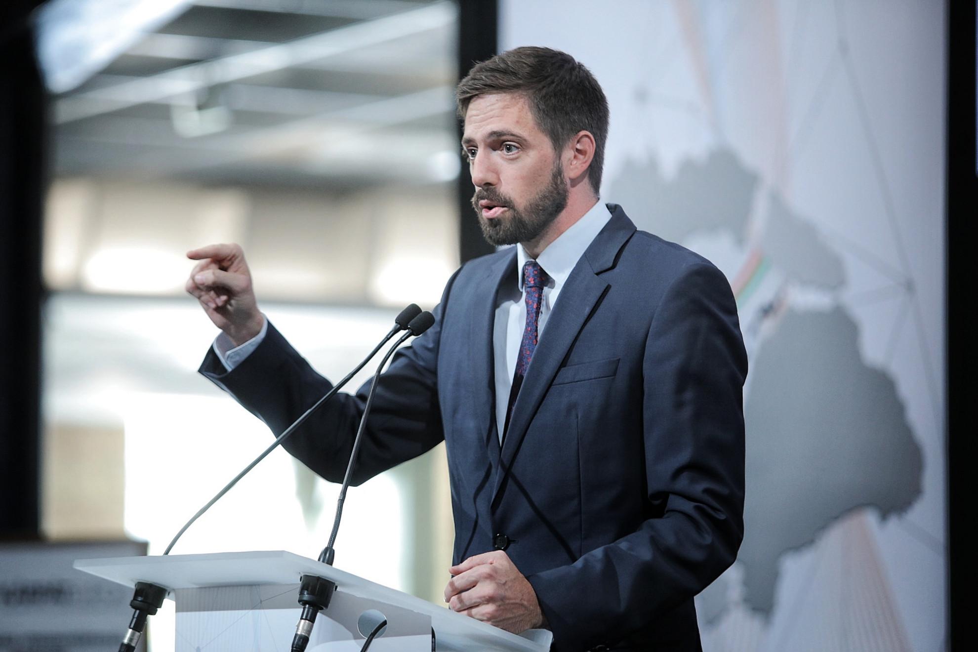Magyar Levente, a Külgazdasági és Külügyminisztérium parlamenti államtitkára beszédet tart a Kárpát-medencei Gazdasági Konferencia és Kiállítás megnyitóján