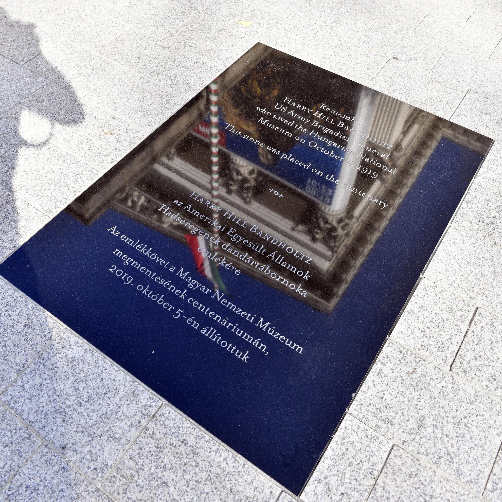 Harry Hill Bandholtz tábornok emléktáblája a Magyar Nemzeti Múzeum kertjében
