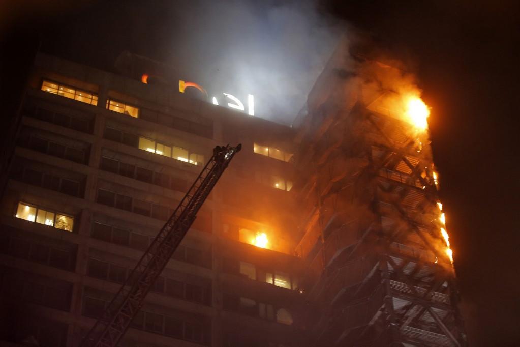 A zavargások alatt kigyullad az Enel áramszolgáltató vállalat belvárosban lévő központja is