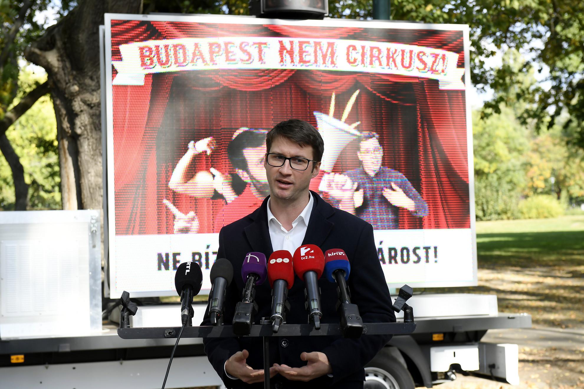 Böröcz László fideszes országgyűlési képviselő, a párt ifjúsági társszervezete, a Fidelitas elnöke sajtótájékoztatót tart a Városligetben