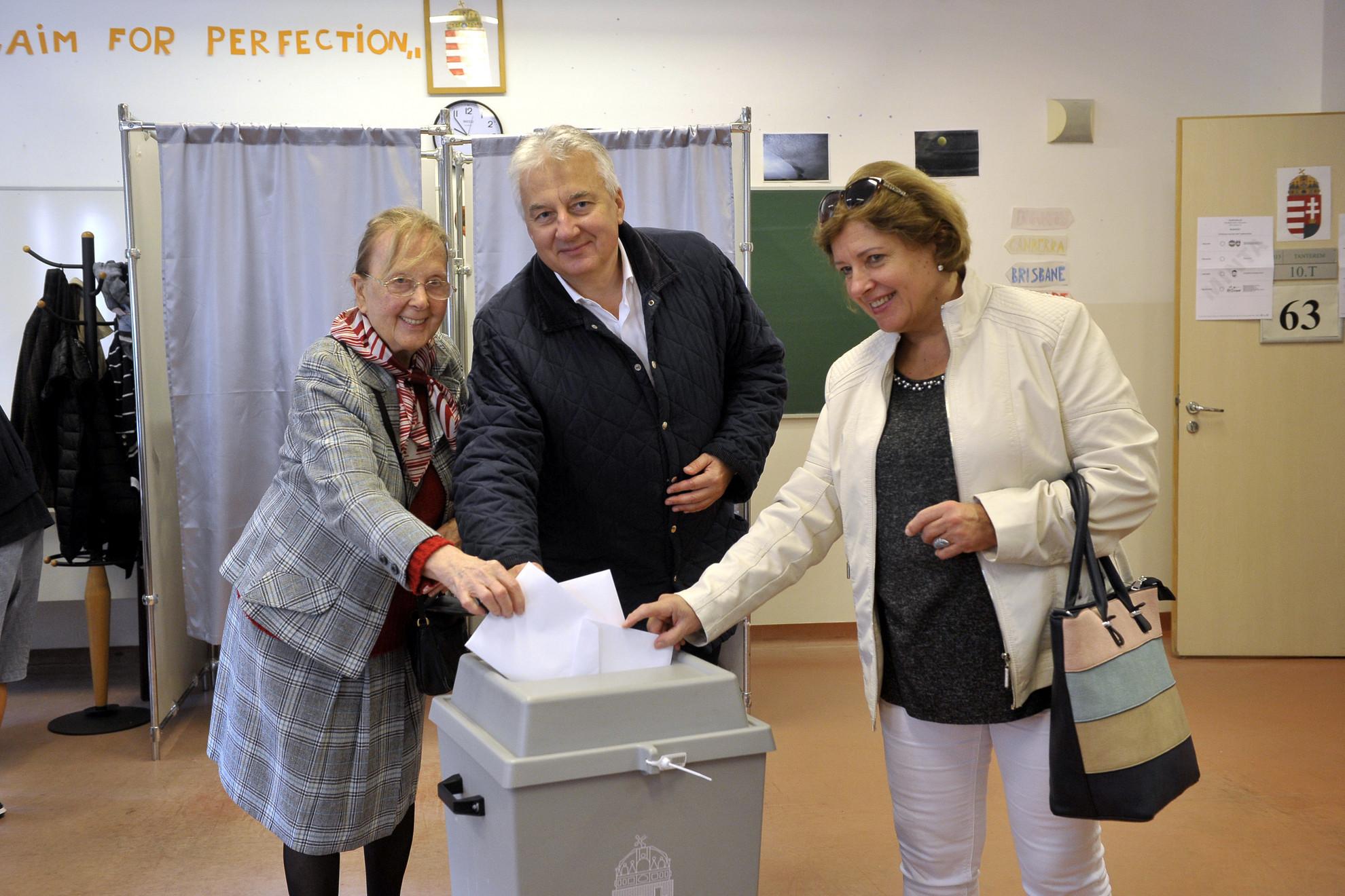 Semjén Zsolt nemzetpolitikáért felelős miniszterelnök-helyettes, a Kereszténydemokrata Néppárt (KDNP) elnöke édesanyja, Semjén Miklósné (b) és felesége, Semjénné Menus Gabriella leadja szavazatát az önkormányzati választáson a II. kerületi II. Rákóczi Ferenc Gimnáziumban a 63-as számú szavazókörben