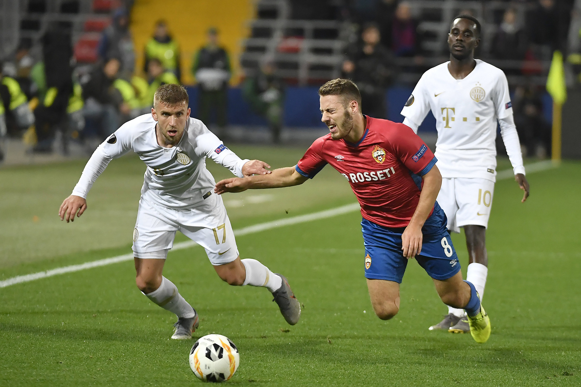A ferencvárosi Eldar Civic (b) és Nikola Vlasic, az orosz csapat játékosa a labdarúgó Európa-liga csoportkörében játszott CSZKA Moszkva - Ferencváros mérkőzésen a moszkvai VEB Arénában 2019. október 24-én
