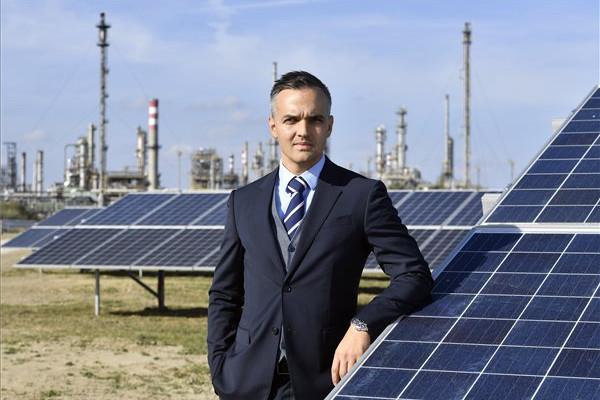 Ratics Péter, a Mol Magyarország ügyvezető igazgatója a Mol 6,71 megawatt teljesítményű napelemparkjában