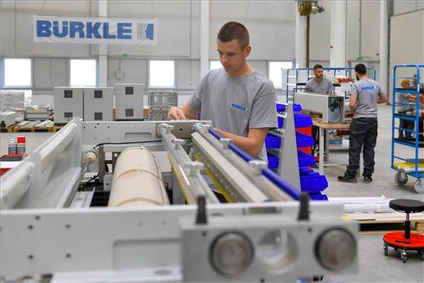 Dolgozók a német Bürkle cég debreceni gépgyártó csarnokában az átadása napján