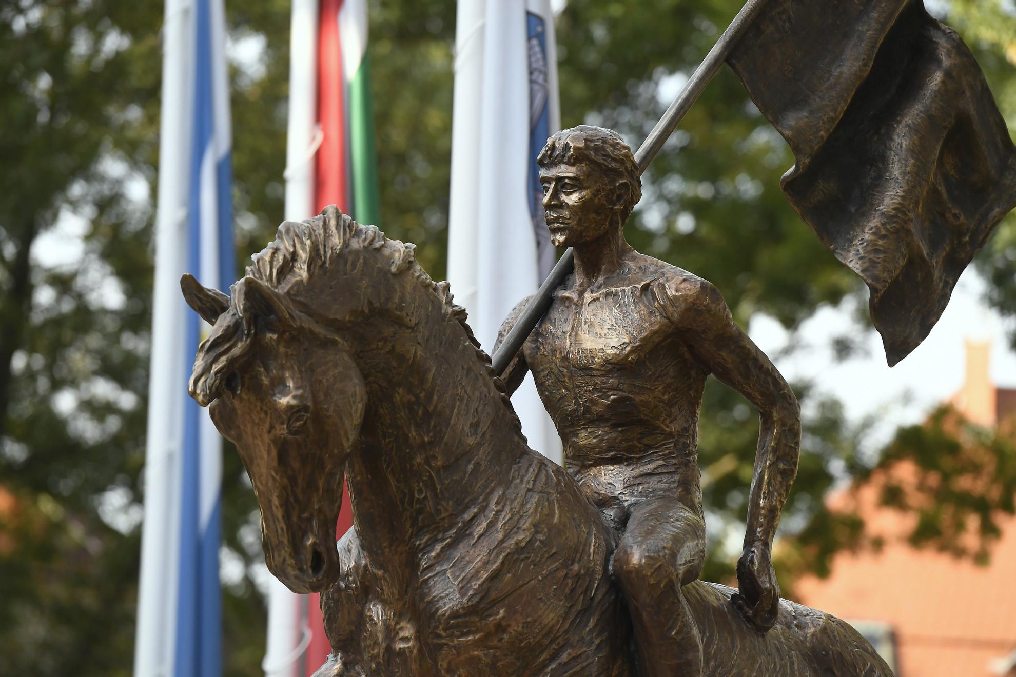Czetz János honvédtábornok lovas szobra Békásmegyeren, a Lékai bíboros téren az avatóünnepség napján, 2019. október 4-én