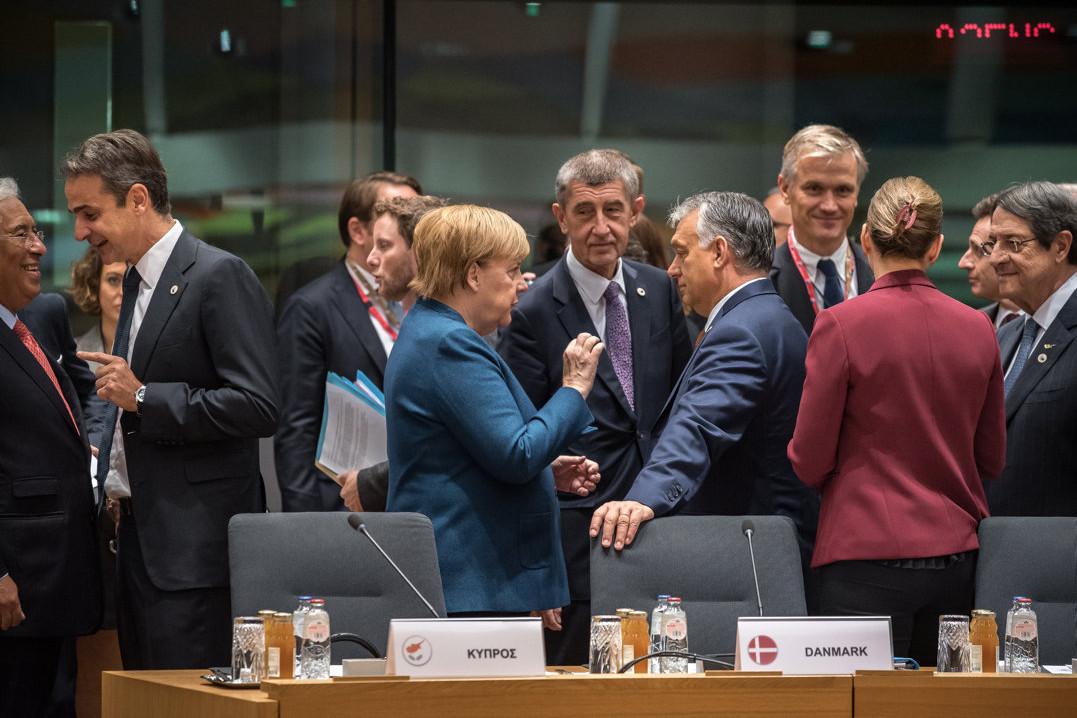 A Miniszterelnöki Sajtóiroda által közreadott képen Orbán Viktor miniszterelnök (középen j) Angela Merkel német kancellárral (középen b) beszélget az Európai Unió brüsszeli csúcstalálkozójának második napján, 2019. október 18-án. Középen Andrej Babis cseh miniszterelnök