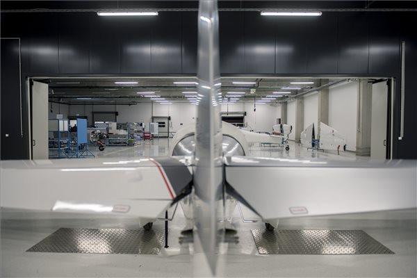 Átadták a Magnus Aircraft új kompozitüzemét Pécsen