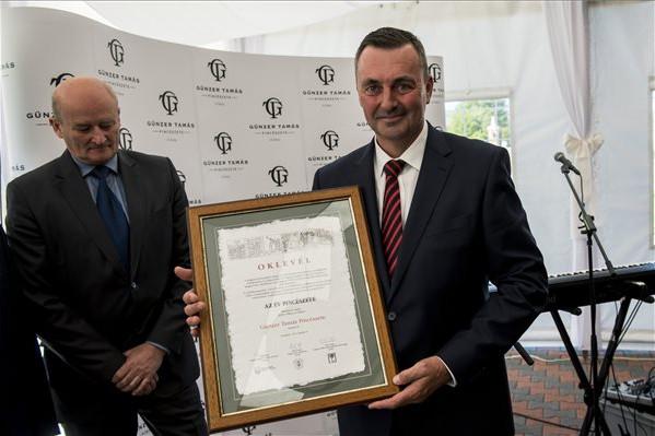 Az Év Pincészete 2019 díjjal kitüntetett Günzer Tamás a villányi pincészetében