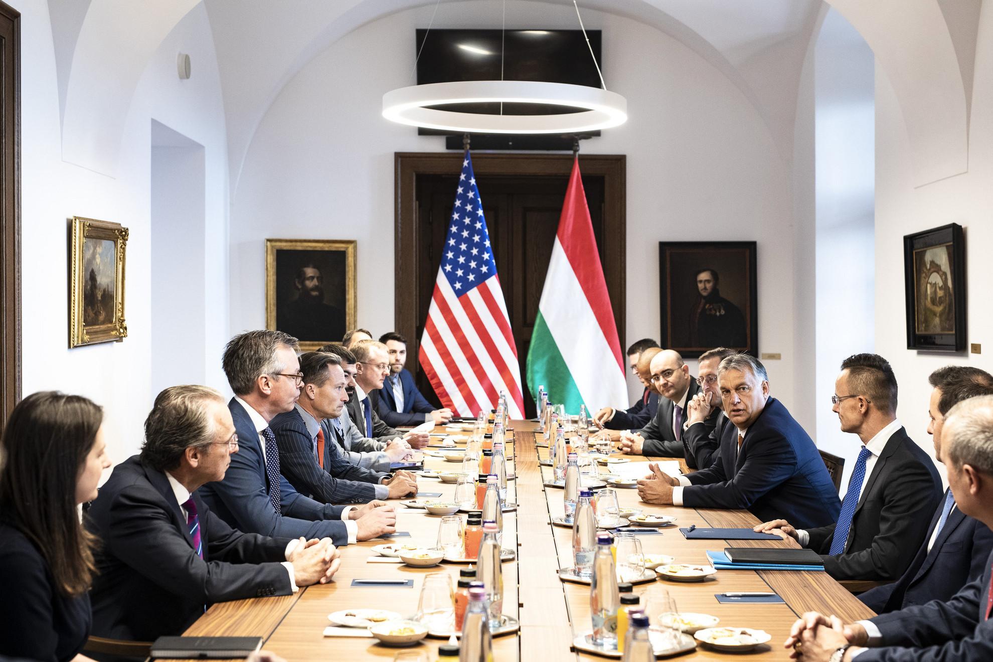 A Miniszterelnöki Sajtóiroda által közreadott képen Orbán Viktor miniszterelnök (j4) fogadja Eric Stewartot, az Amerikai-Magyar Üzleti Tanács (USHBC) elnökét (b4) és az üzleti küldöttség résztvevőit a Karmelita kolostorban 2019. október 10-én. Jobbról Szijjártó Péter külgazdasági és külügyminiszter (j3) és Varga Mihály pénzügyminiszter (j5)