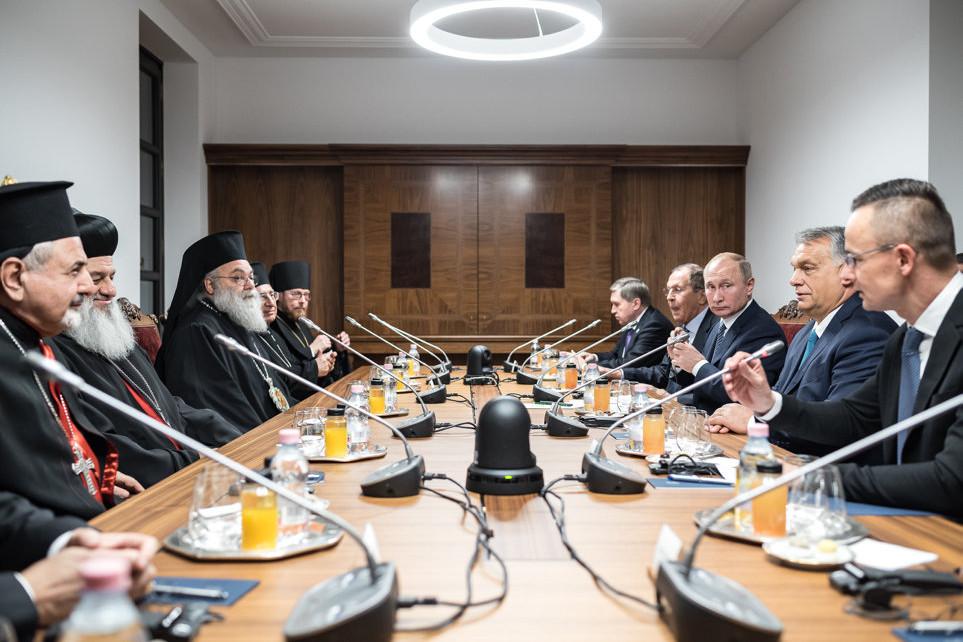 Orbán Viktor miniszterelnök (j2) és Vlagyimir Putyin orosz elnök (j3) egyházi vezetőkkel folytat megbeszélést a Karmelita kolostorban folytatott találkozójuk keretében