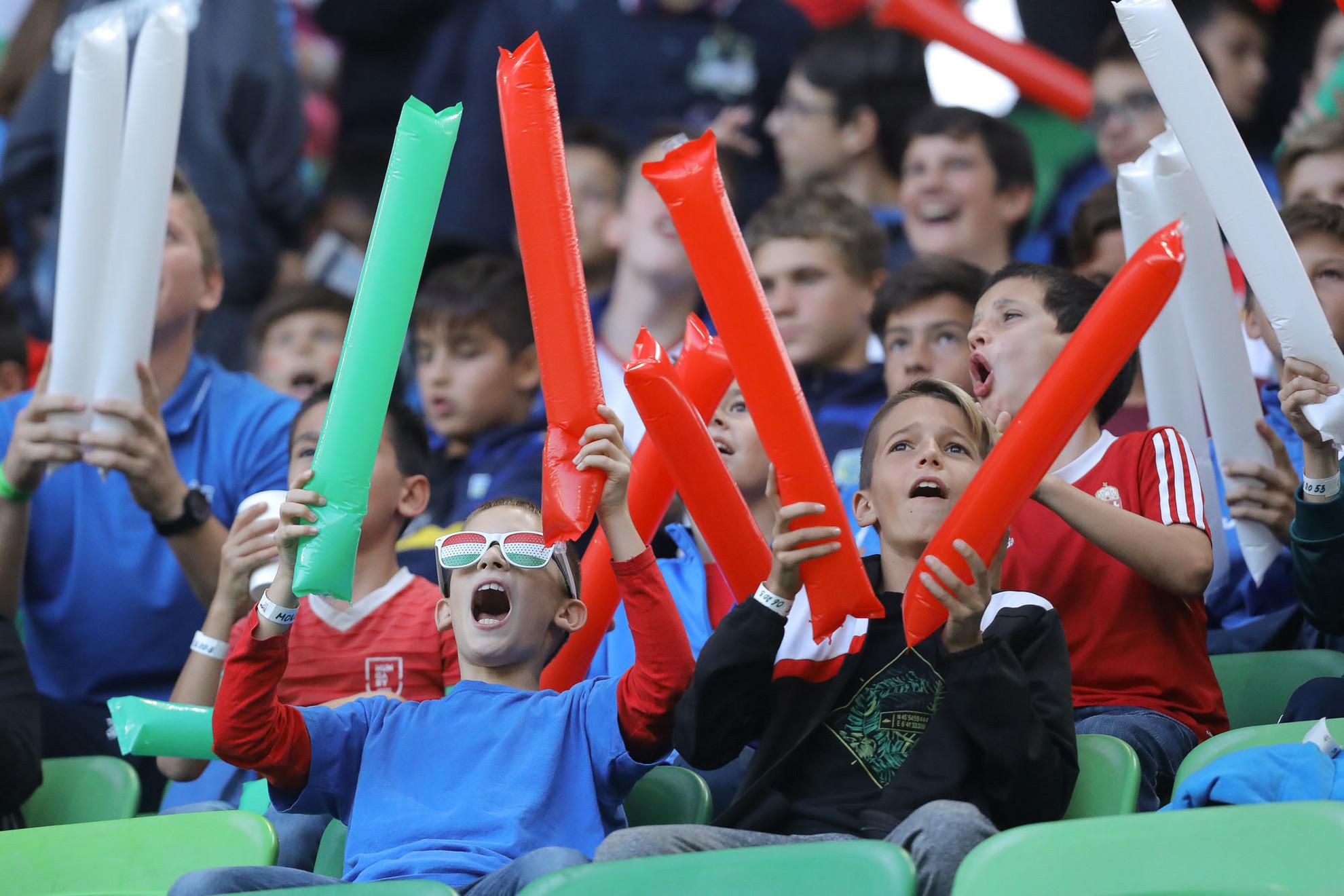 Tizenötezer kisgyerek buzdította a magyar csapatot a lelátón