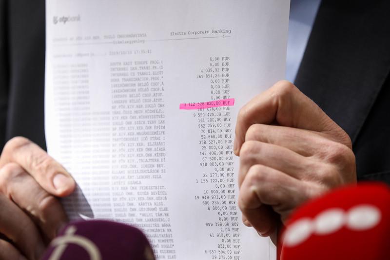 Tarlós István elmondta, hogy csütörtökön utalta át a főváros az iparűzési adót Zuglónak, 3,8 milliárd forintot, de péntek reggelre már csak 3,4 milliárd forint van Zugló folyóegyenlegén