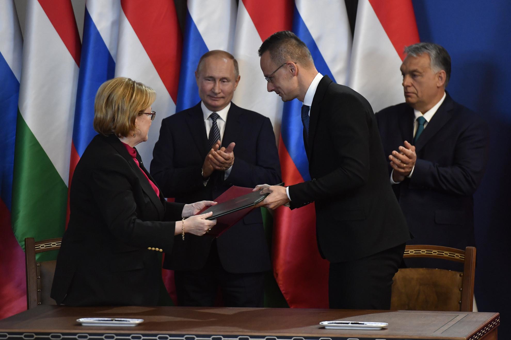 Szijjártó Péter külgazdasági és külügyminiszter (j2) és Veronika Szkvorcova orosz egészségügyi miniszter kicseréli a dokumentumokat, miután Vlagyimir Putyin orosz elnök (b2) és Orbán Viktor miniszterelnök (j) jelenlétében aláírták a magyar-orosz régióközi együttműködésről szóló komplex program intézkedési tervét