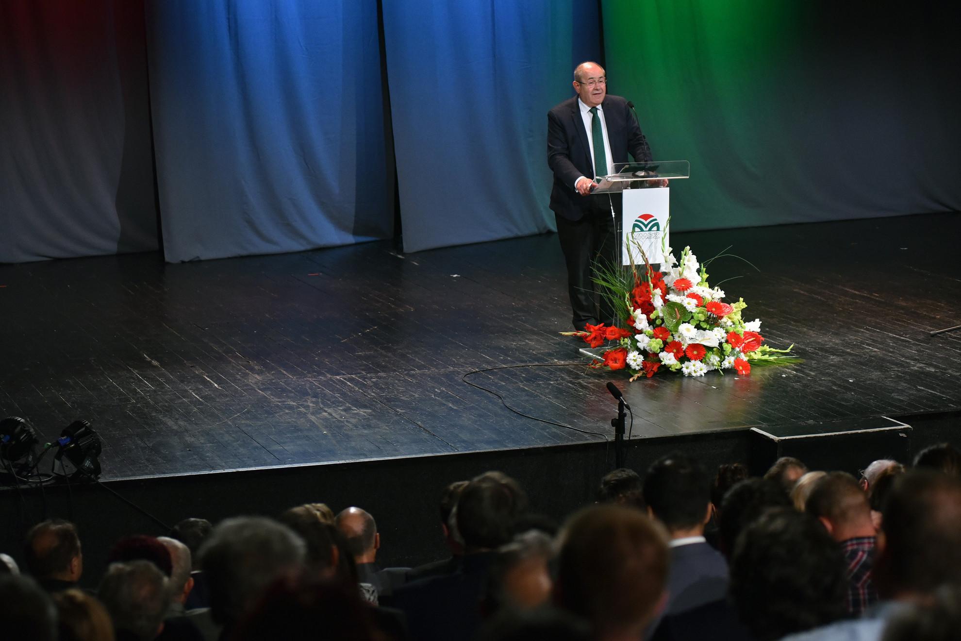 Pásztor István, a Vajdasági Magyar Szövetség (VMSZ) elnöke beszédet mond a VMSZ központi megemlékezésén a szabadkai Népszínház Jadrán Színpadán