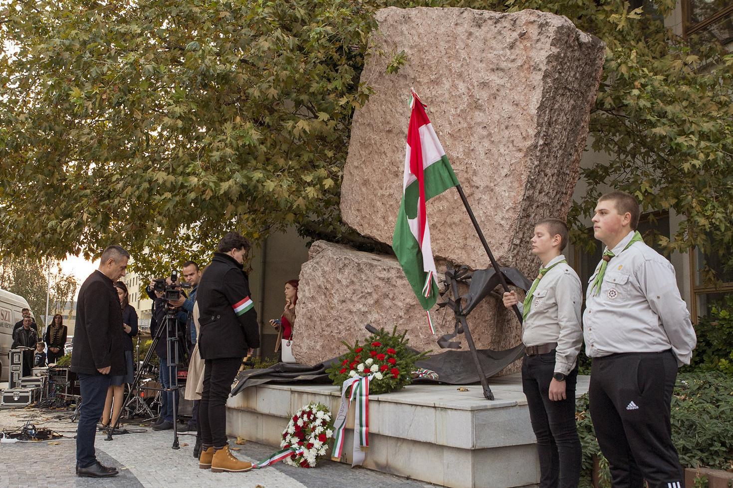 Potápi Árpád János, a Miniszterelnökség nemzetpolitikáért felelős államtitkára (b) megkoszorúzza a diktatúrák áldozatainak emlékművét az 1956-os forradalom és szabadságharc 63. évfordulóján rendezett megemlékezésen Dunaszerdahelyen