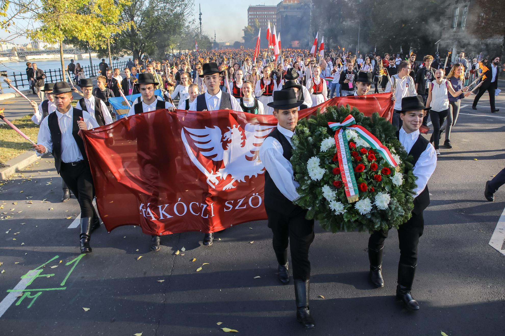 A menettel a forradalom egyik meghatározó eseményeként számon tartott október 22-ei műegyetemi diákgyűlésre emlékeztek. Ezen a hallgatók pontokba szedve fogalmazták meg követeléseiket, és arról is döntöttek, hogy a lengyel nép melletti szolidaritás jegyében másnap, vagyis október 23-án a Bem térre vonulnak.