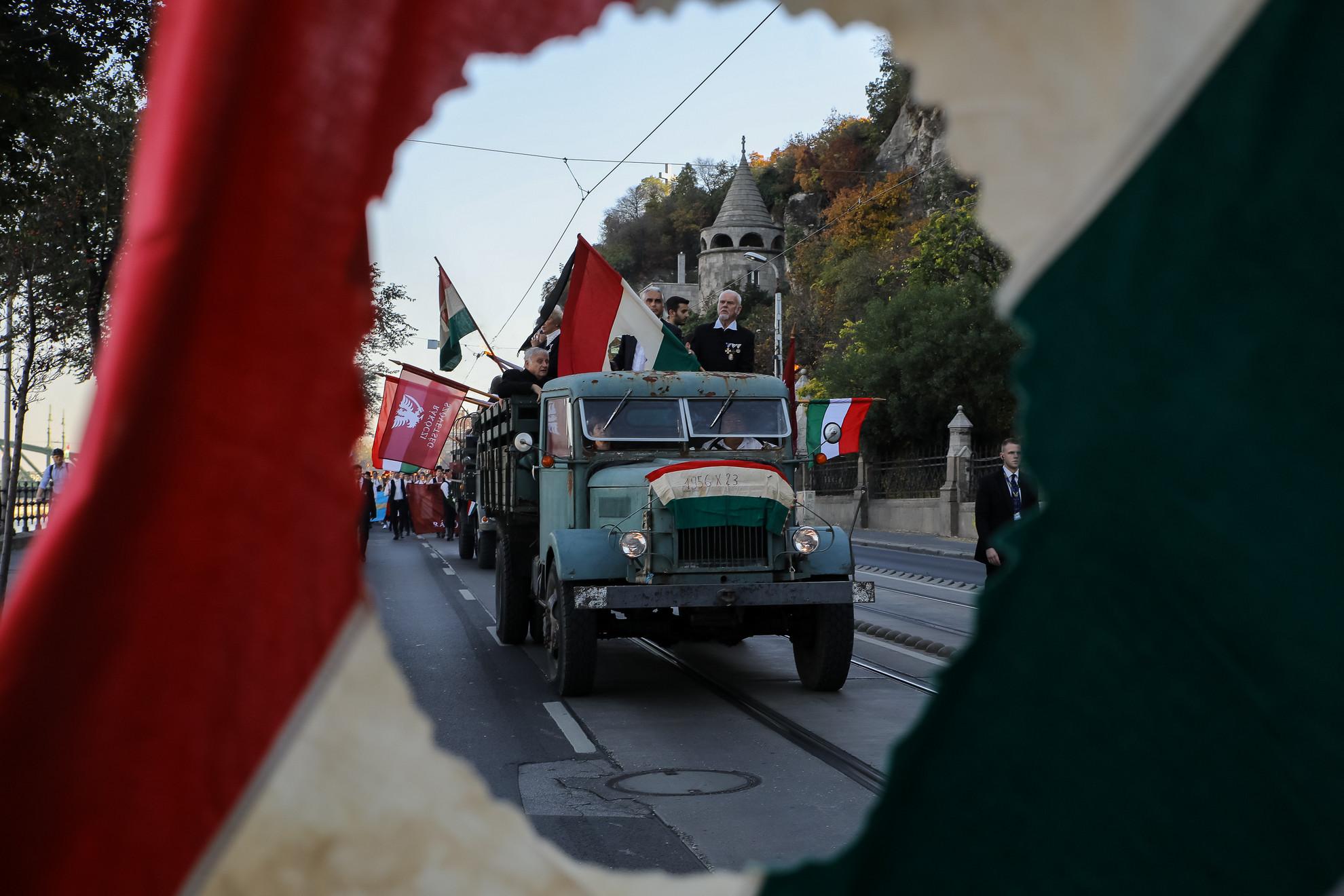 A menettel a forradalom egyik meghatározó eseményeként számon tartott október 22-ei műegyetemi diákgyűlésre emlékeztek. Ezen a hallgatók pontokba szedve fogalmazták meg követeléseiket, és arról is döntöttek, hogy a lengyel nép melletti szolidaritás jegyében másnap, vagyis október 23-án a Bem térre vonulnak. A mostani, több ezer ember, többségében fiatalok részvételével megtartott felvonulást négy korabeli Csepel teherautó vezette fel, a platókról pedig korhű ruhába öltözött fiatalok integettek. A menet résztvevői közül többen nemzeti színű, lyukas, valamint székely zászlókat lengettek.