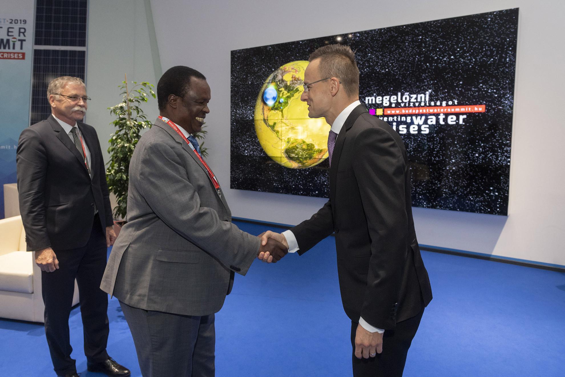 Szijjártó Péter miniszter (j) fogadja a Budapesti Víz Világtalálkozón a magyar fővárosban tartózkodó Sam Cheptoris ugandai vízügyi minisztert
