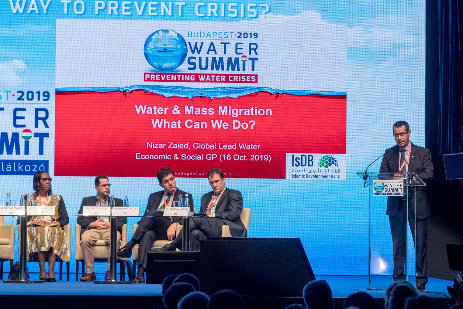 izar Zaied, az Iszlám Fejlesztési Bank infrastruktúráért és városi szolgáltatásokért felelős igazgatója (j) témaindító beszédet mond a Budapesti Víz Világtalálkozó 2019 konferencia második napján rendezett szekcióülésen