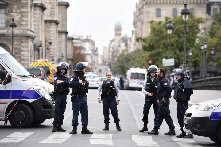 Késsel támadt rendőrökre egy férfi a párizsi rendőr-főkapitányságon