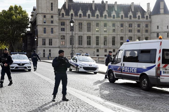 Letartóztattak öt embert, aki kapcsolatban állt a párizsi rendőrségen késelő férfival
