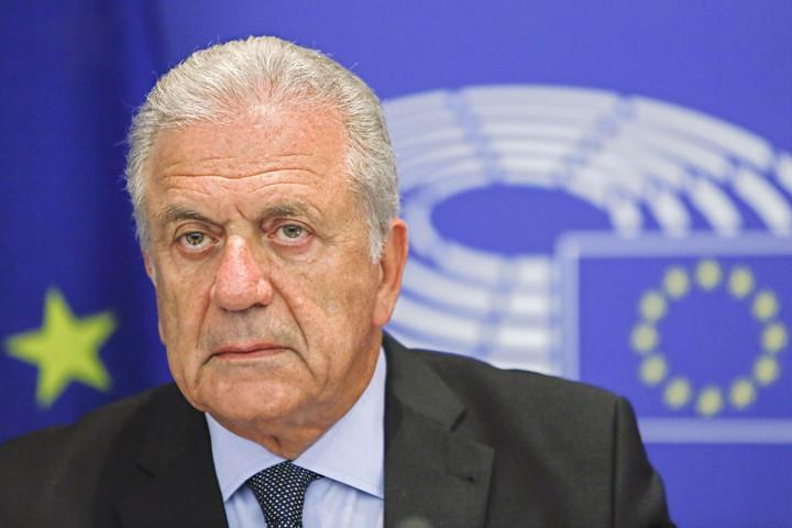 Hollik: Ismét erőlteti Brüsszel a migránskvótát