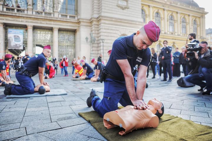 Rendőrök és mentők mutatták be, hogyan menthet életet ön is