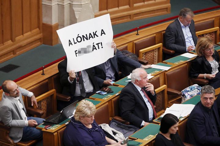 Felháborító: Hadházy trágár szöveget mutatott fel a parlamentben