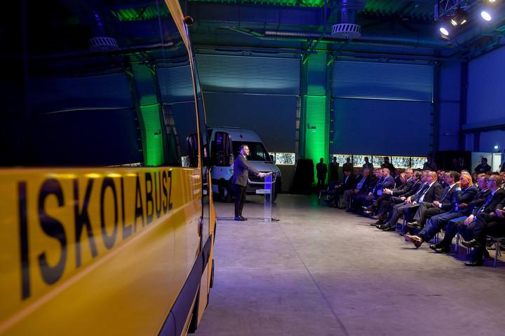 Schanda Tamás: Tíz év alatt 36 milliárd döntő részben elektromos buszokra
